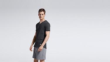 JASP V1.Y0.01 V-neck T-shirt black Model shot Alpha Tauri