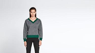 SVEA V1.Y0.02 Boxy V-neck Sweater dark grey / anthracite Model shot Alpha Tauri