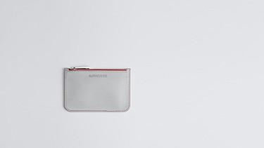 ACRA V1.Y0.02 Kleine Clutch-Bag grey / pink Model Foto Alpha Tauri