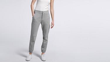 PRIS V1.Y0.02 Luxuriöse Sweatpants grey Model Foto Alpha Tauri
