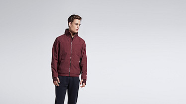 OULO V1.Y1.01 Signature Jacket bordeaux Model shot Alpha Tauri