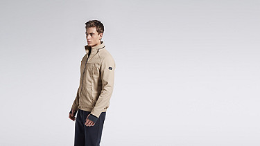 OULO V1.Y1.01 Signature Jacket beige - sand Model shot Alpha Tauri