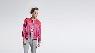 OUMU V1.Y1.01 Sportive Blouson pink / other Model shot Alpha Tauri