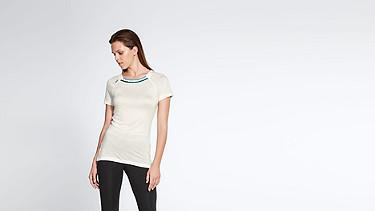 JENA V1.Y1.01 Stripe-detail T-shirt offwhite Model shot Alpha Tauri