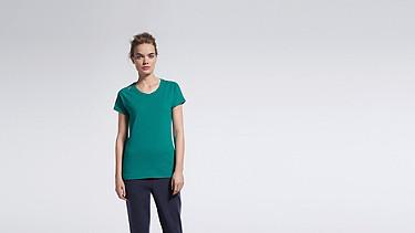 JERA V1.Y1.01 T-Shirt mit Schulterschlitzen green Model Foto Alpha Tauri