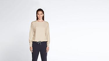 SIRA V1.Y1.01 Sweatshirt mit Kordelzug rose Model Foto Alpha Tauri