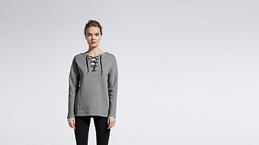 SAYA V1.Y1.01 Lace-up Sweatshirt grey Model Foto Alpha Tauri