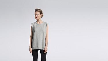 SUSA V1.Y1.01 Sweatshirt mit Reißverschluss grey / melange Model Foto Alpha Tauri