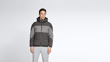 OKUL V1.Y1.02 Technische Daunenjacke dark grey / anthracite Model Foto Alpha Tauri
