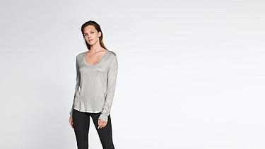 JOLA V1.Y1.02 Langärmliges T-Shirt grey / melange Model Foto Alpha Tauri