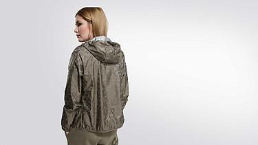 OCHI V1.Y1.02 Leichte Packable Jacke camouflage Vorne Alpha Tauri