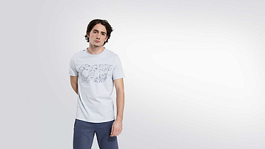 JEGA V1.Y2.01 Taurex® Print T-Shirt light blue Model Foto Alpha Tauri
