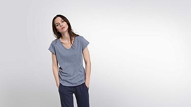 JONI V1.Y2.01 T-Shirt mit V-Ausschnitt blue Model Foto Alpha Tauri