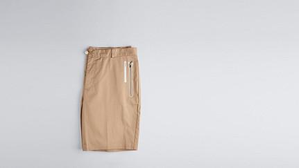 PARE V1.Y1.01 PARE ist eine kurze Hose mit neuartigem Verschluss. beige - sand Hinten Alpha Tauri