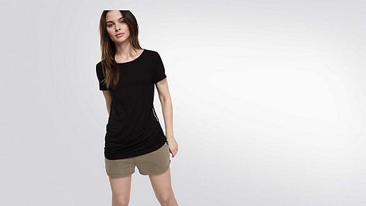 JOMA V1.Y1.02 T-Shirt mit Kordel zum Raffen black Model Foto Alpha Tauri