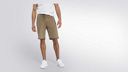 PUGH V2.Y2.01 Taurex® Sweat Shorts olive Model Foto Alpha Tauri