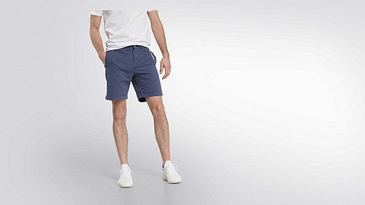 POXO V1.Y2.01 Chino Shorts navy Model shot Alpha Tauri
