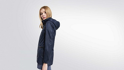 OCHA V2.Y2.01 Packable Jacket navy Model Foto Alpha Tauri