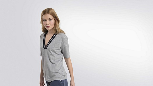 JIEV V1.Y2.01 V-Neck Taurex® T-Shirt grey / melange Model Foto Alpha Tauri