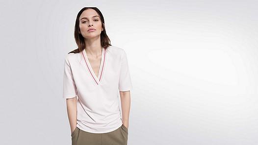 JIEV V1.Y2.01 V-Neck Taurex® T-Shirt rose Model Foto Alpha Tauri