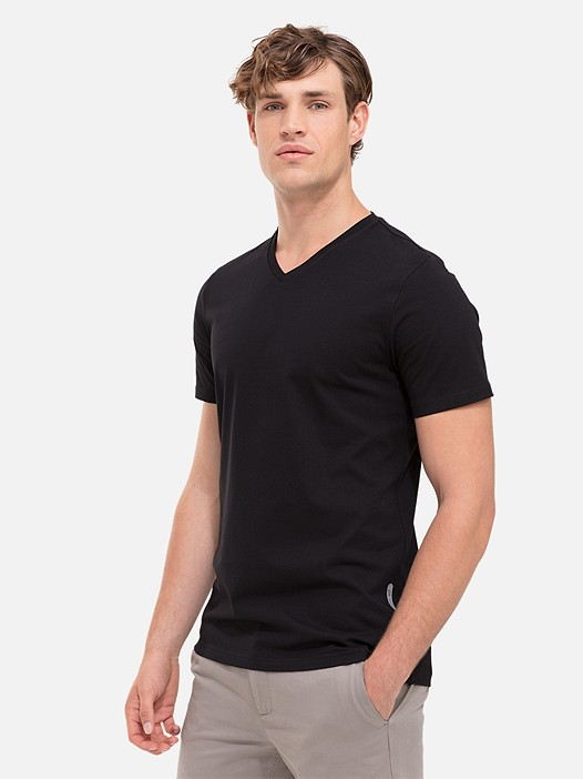 BUCK V-Neck Taurex® T-Shirt black Model shot Alpha Tauri