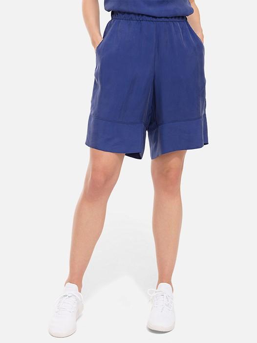 PAMA V1.Y2.01 Wide Shorts blue Model shot Alpha Tauri