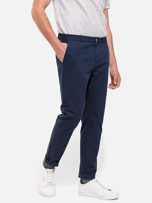 PARO V2.Y2.02 Classic Cotton Chinos navy Model shot Alpha Tauri