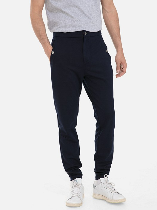 PRYK V4.Y3.01 Klassische Slim-Fit Sweatpant navy Model Foto Alpha Tauri